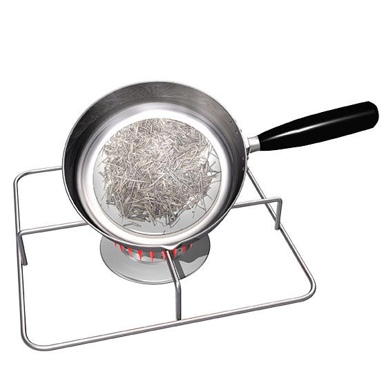 フライパンで棒茶を炒って乾燥させる。